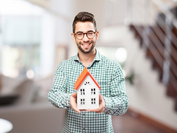 happy-man-with-the-miniature-of-his-future-home_1149-759